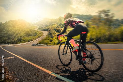 Kobiety na rowerze górskim rowerze drogowym rano