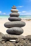 pierres en équilibre sur plage de l'île Maurice