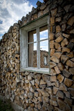 Fenster im Holzstapel