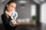 Geschäftsfrau präsentiert Fragezeichen
