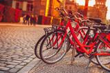 miasto rowery do wynajęcia w zachodzie słońca pod? wietlany na ulicy