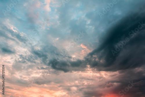 zachod-slonca-z-czesciowo-zachmurzone-niebo-dramatyczne-niebo