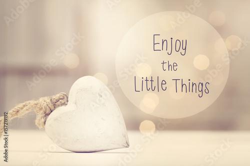 Póster Disfrute el mensaje The Little Things con un corazón blanco