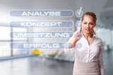 junge Geschäftsfrau erledigt Checkliste vor modernem Bürohintergrund