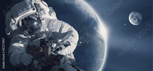 Tuinposter Heelal Astronaut in outer space against the backdrop of the planet earth. Elements of this image furnished by NASA.