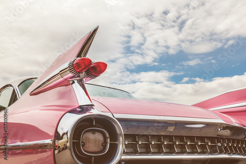 Tylny koniec różowy klasyczny samochód