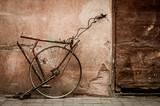 Teile eines Fahrrad an der Wand mit einem Schloss.