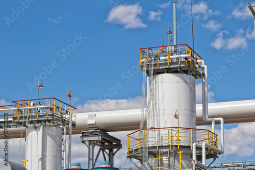 Staande foto Industrial geb. View of the new columns and chemical apparatus plant for oil refining at refinery