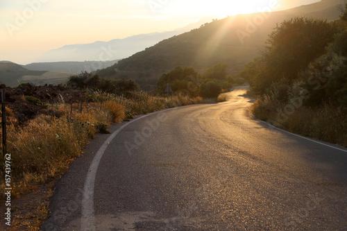 Straße im Sonnenuntergang im Gegenlicht, Südeuropa