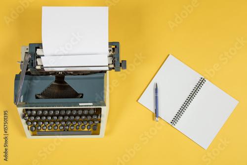 Poster maszyna do pisania na żółtym tle