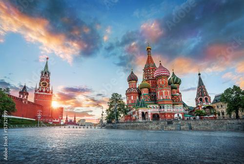 Równolegle do chmur St. Katedra Bazyliki i Wieża Spasskaya