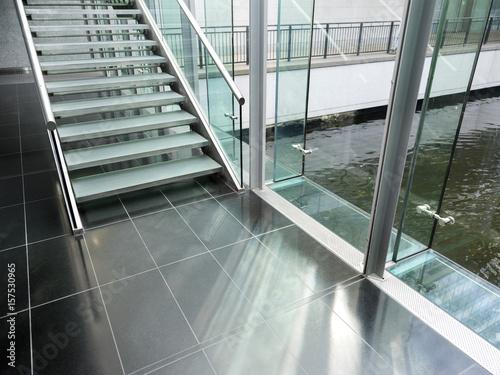 marmurowa podłoga ze schodami i taflą szkła o nowoczesnej architekturze