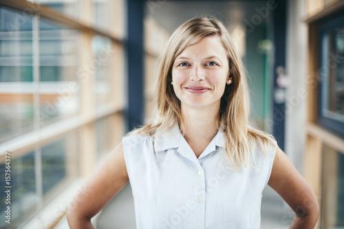 canvas print picture Junge blonde Frau auf Jobsuche