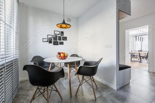 Okrągły stół i czarne krzesła