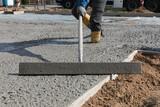 Bauarbeiter zieht Jungbeton ab - 157576977