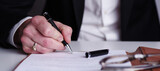 Einen Vertrag unterzeichnen, Unterschrift - 157744161