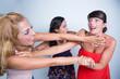 Quadro due sorelle vengono separate da un amica mentre stanno litigando furiosamente