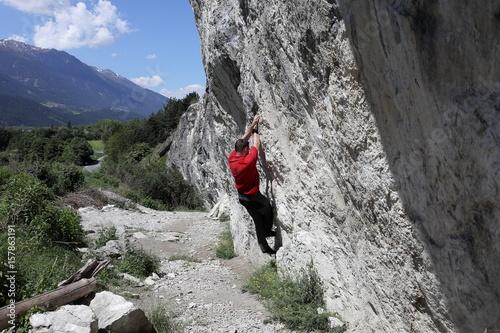 Poster Sportler klettert an einer Felswand
