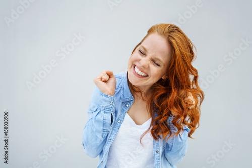 Leinwandbild Motiv glückliche frau tanzt vor freude