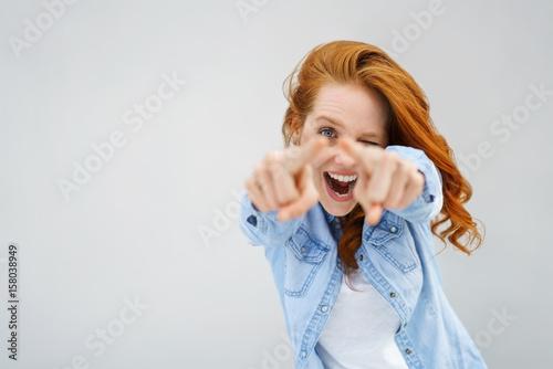 Leinwandbild Motiv lachende frau zeigt nach vorn