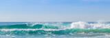 Praia com ondas.