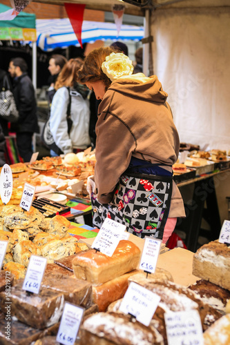 Female market trrader selling breads and pies at the Temple Bar Food Marketin Du Poster