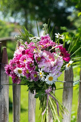Fotobehang Gerbera Blumenstrauß am Staketenzaun