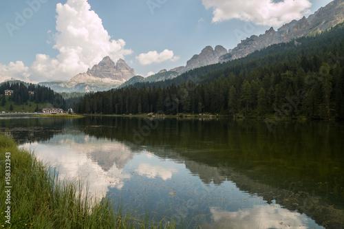 Il Lago di Misurina e le Tre Cime di Lavaredo, Cadore, Belluno, Veneto, Italia Poster