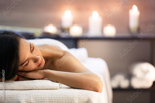 Foto op Plexiglas Spa Beautiful girl in spa salon on candle background