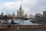 Russia, 27/04/2017: l'edificio residenziale in Kotel'ničeskaja naberežnaja, una delle Sette Sorelle, i 7 grattacieli di Mosca progettati durante il periodo stalinista