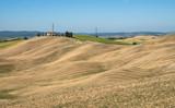 typische toskanische Hügellandschaft mit abgeernteten Feldern