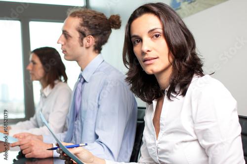 Weiblicher Manager vor ihrem Business-Team in einem Panorama Büro Poster