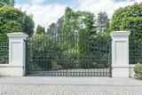 Metalltor einer einfahrt - 158539143