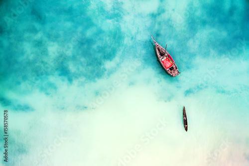 lodz-i-statek-w-pieknym-turkusowym-oceanu-blisko-wyspy-odgorny-widok-powietrzna-fotografia