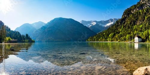 Deurstickers Bergen Bergsee Panorama mit Bergen und Spiegelung im See am morgen