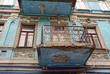 Старый балкон с окнами на голубой кирпичной стене - 158593324