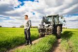 Landwirt mit Traktor im Getreidefeld - unternehmerische Freiheit und Zukunftssorgen - 158651363
