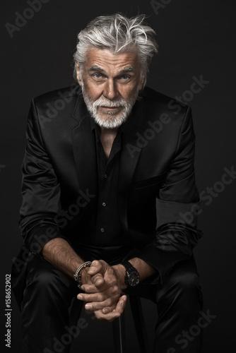 Foto Murales Senior Hipster im schwarzen Anzug