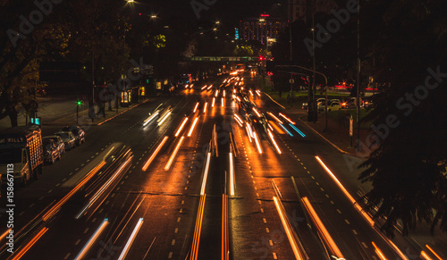 Foto op Aluminium Nacht snelweg Autos circulando por una avenida en Buenos Aires Argentina