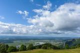 Aussicht vom Berg in das Tal mit schönem idyllischem Himmel