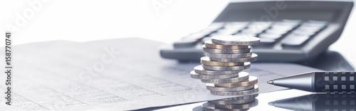 Leinwandbild Motiv Finanzen, Euro, Münzstapel auf Tabellen mit Stift und Taschenrechner, Panorama, Hintergrund
