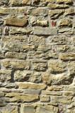 Eine Mauer aus unterschiedlichen Steinen