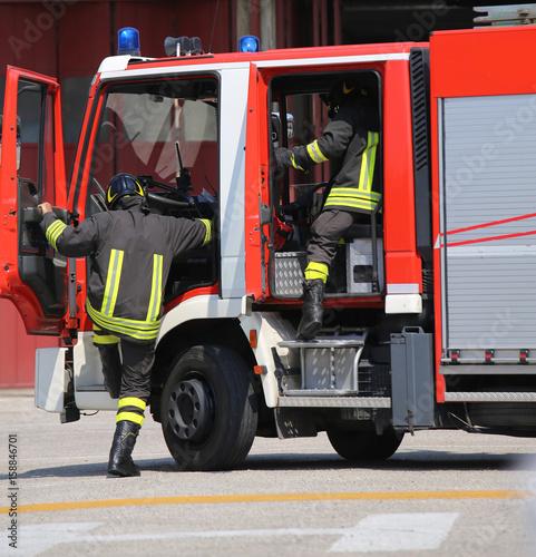 Wozy strażackie i strażacy z mundurami