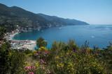 Village de Monterosso avec sa plage , son village , en Italie , Cinque Terre