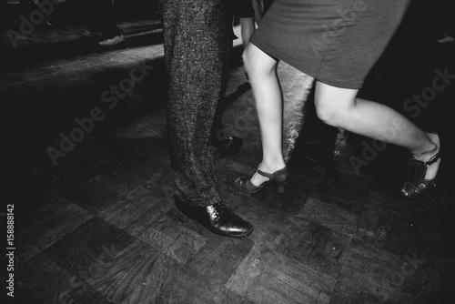 Ballerini in discoteca ballano in coppia Poster