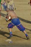 Calciante in azione che corre con la palla durante la partita di calcio storico fiorentino