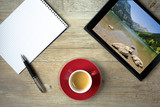 Block und Kugelschreiber mit Tablet und Bild vom Vilsalpsee im Tannheimer Tal