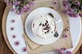 Heiße Schokolade mit Sahne und Schokostreusel
