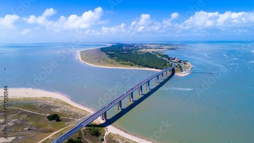 Papiers peints Ponts Vue aérienne sur le pont de l'île de Noirmoutier, en Vendée, France