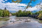 Müllersches Volksbad in München an der Isar mit Wehrsteg und dem Deutschen Museum im Hintergrund